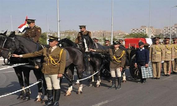 هل تُغني الجنازة العسكرية عن سؤال الملكين؟